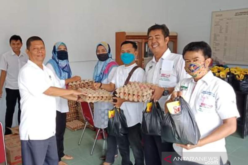 Peduli COVID-19, Koperasi Lansek Manih bagikan 120 paket sembako