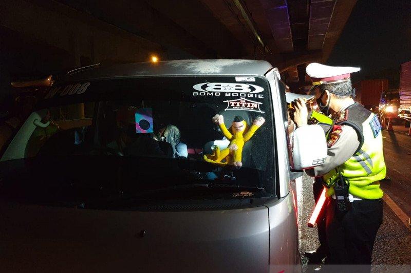 Polisi pergoki dua mobil rental angkut puluhan pemudik