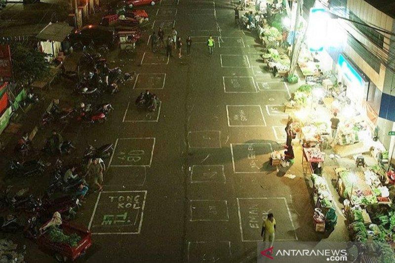 Pasar Baru Karawang tetap buka 24 jam selama penerapan PSBB