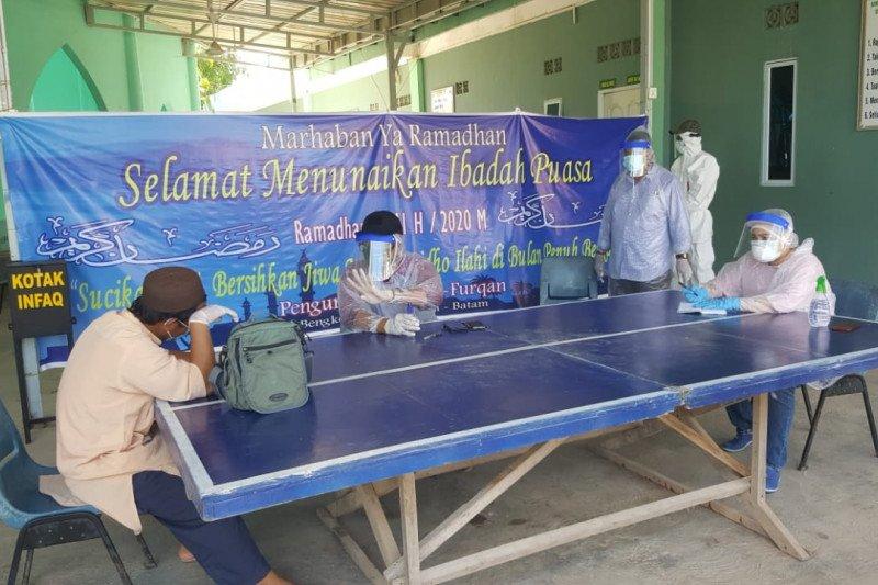 Hasil rapid test, empat jamaah Shalat Tarawih Masjid Al Furqon Kota Batam dikarantina