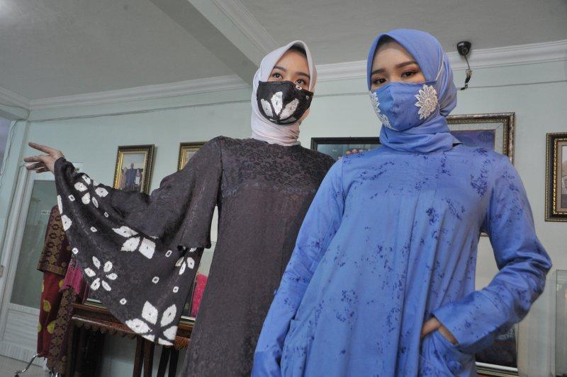 Desainer Palembang keluarkan desain busana muslim lebaran senada dengan masker