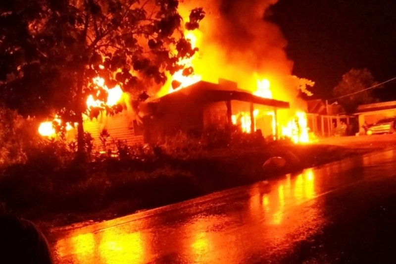 Rumah terbakar saat listrik padam usai sambaran petir
