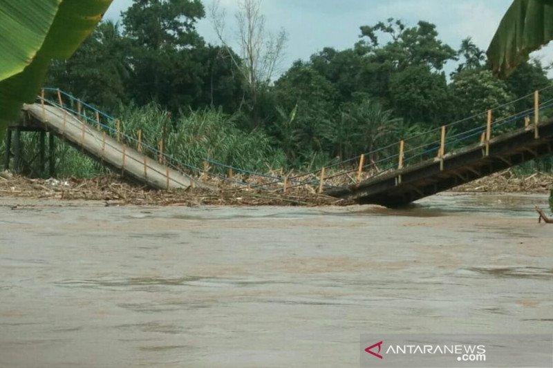 Akses warga lumpuh total pasca jembatan ambruk akibat derasnya arus Sungai Komering