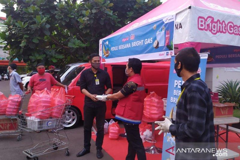 Pertamina bagikan makanan dan takjil bagi tenaga medis di Cianjur