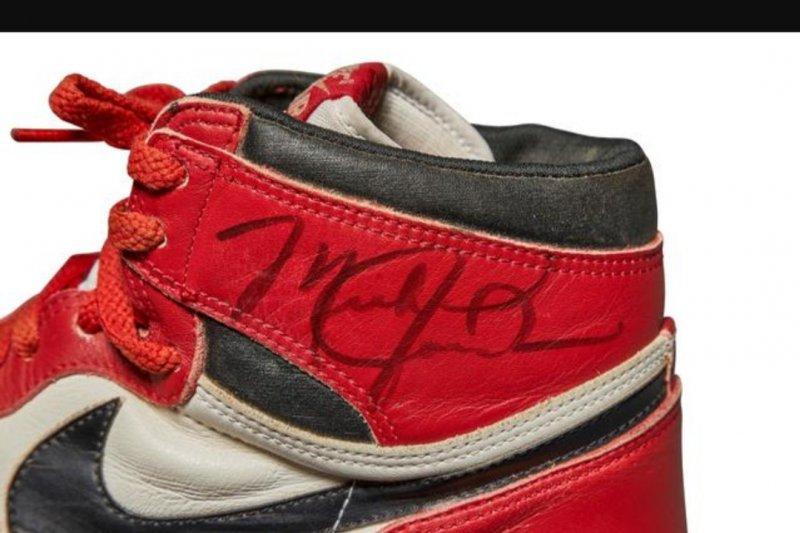 Air Jordan 1 milik legenda basaket Michael Jordan dijual Rp9,2 miliar