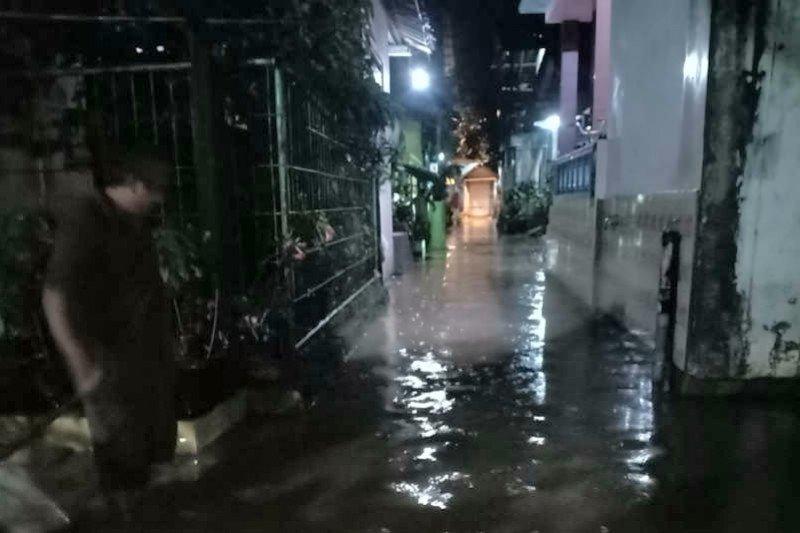 Semarang dilanda banjir dan tanah longsor akibat hujan deras
