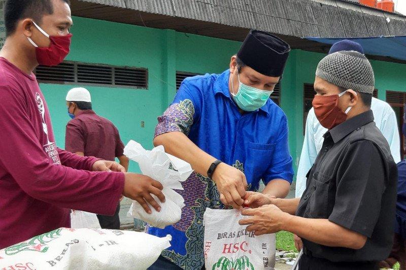 XL Axiata-Pewarta Foto Indonesia bagikan sembako untuk penyandang disabilitas