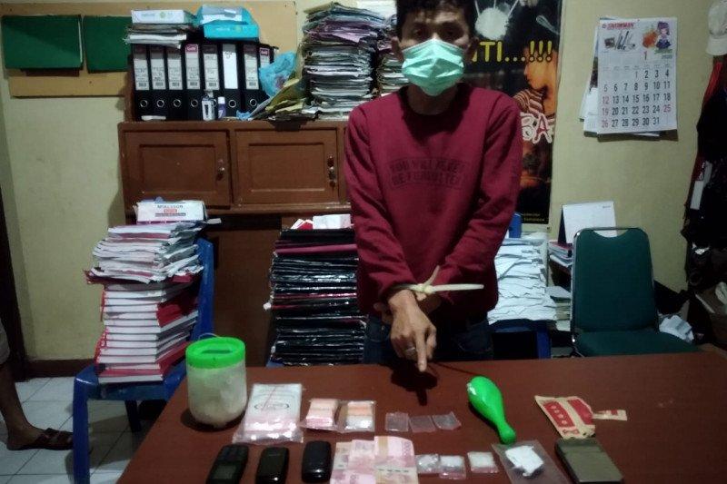 Polisi Pariaman tangkap seorang pria yang diduga sedang transaksi sabu