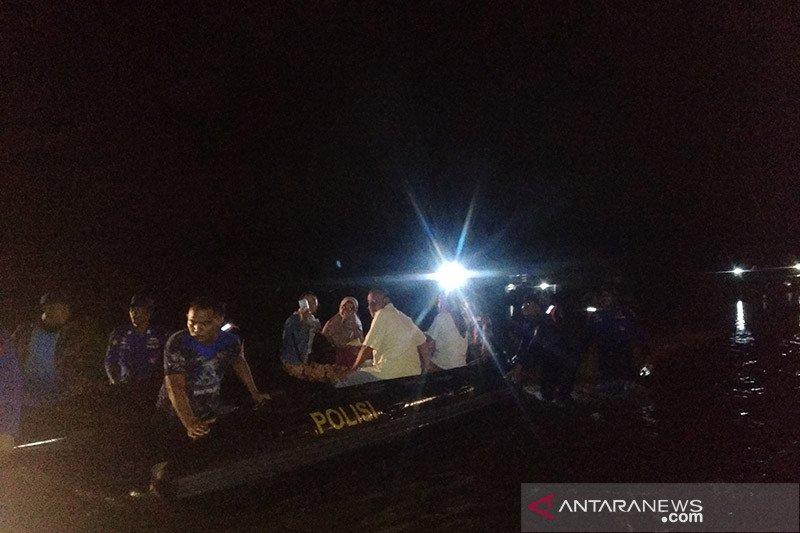 Satu keluarga terjebak banjir dievakuasi gunakan perahu karet