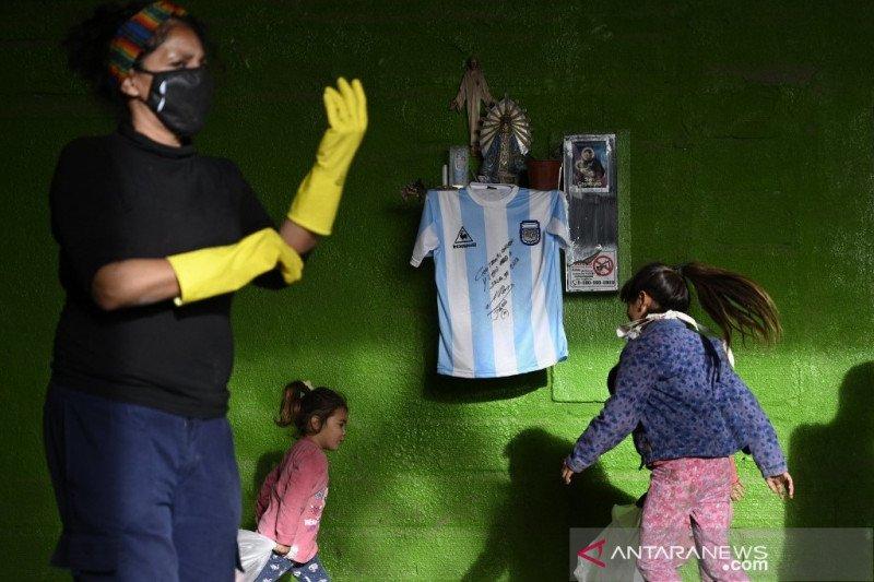 Maradona tanda tangani jersey untuk bantu warga Buenos Aires