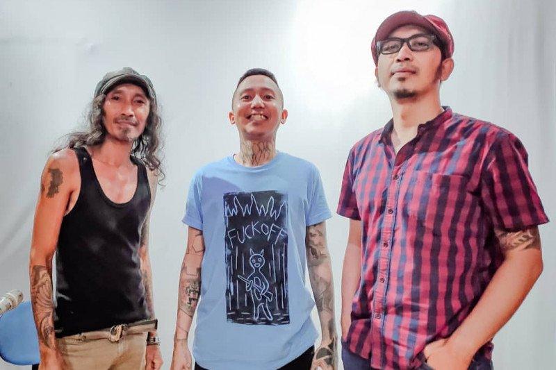 Tiga musisi rock Surabaya ciptakan lagu tentang virus corona