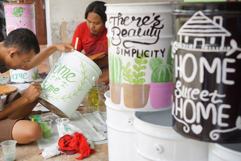 Kreasi seniman, limbah kaleng diubah menjadi mebeler rumah tangga