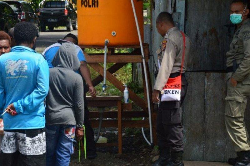 Binmas Noken Polri bangun tempat cuci tangan distrik Kwamki Narama Mimika