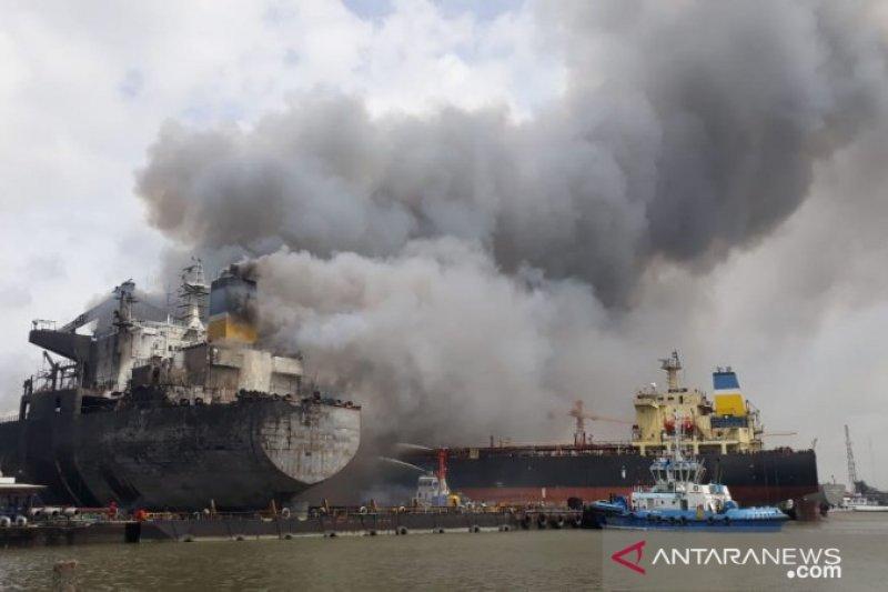 Kapal tanker terbakar di Pelabuhan Belawan Medan, asap hitam membumbung tinggi