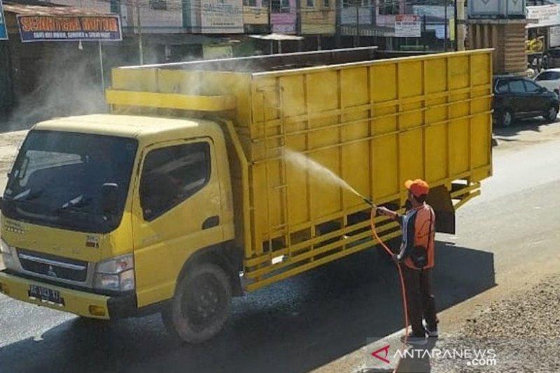 Setelah penetapan zona merah, sejumlah truk lintasi jalan utama Kabupaten Banyuasin disemprot cairan disinfektan