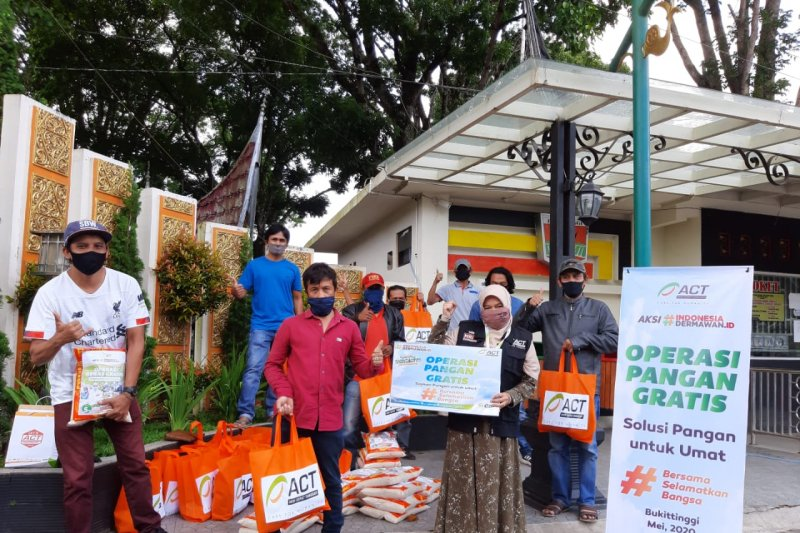 ACT salurkan paket pangan untuk pramuwisata di Bukittinggi