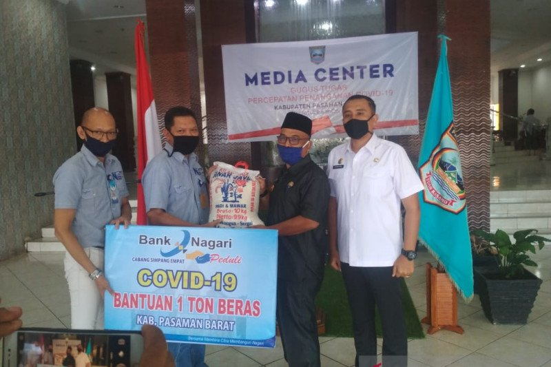 Satu ton beras disalurkan Bank Nagari Simpang Empat untuk bantu masyarakat terdampak COVID-19