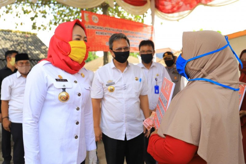Bupati Winarti salurkan BST di Banjar Agung