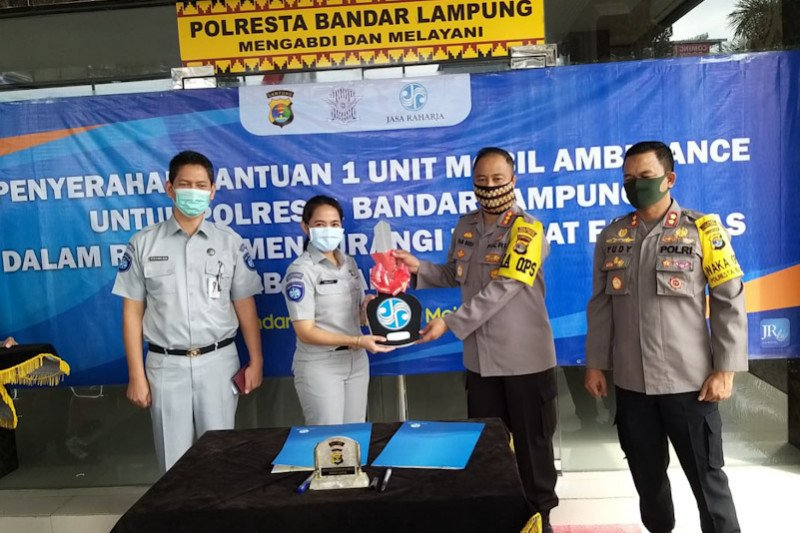 Jasa Raharja Lampung serahkan bantuan mobil ambulans ke Polresta Bandarlampung