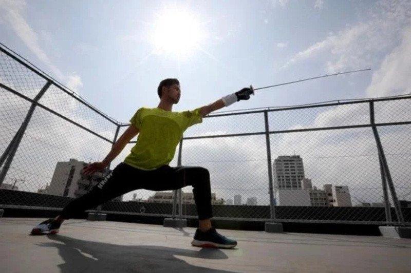 Menunggu Olimpiade, atlet anggar jadi pengantar makanan