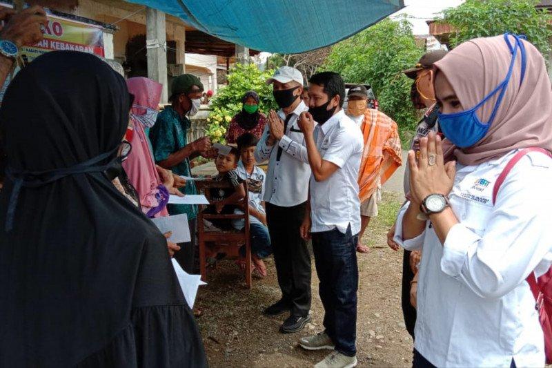 Tujuh kepala keluarga korban kebakaran di Tanah Datar terima bantuan perantau