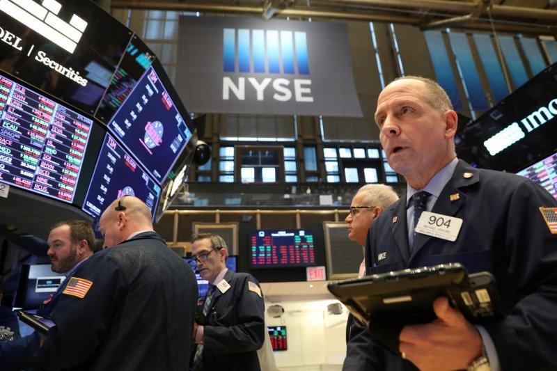 """Saham-saham Wall Street jatuh, Ketua Fed peringatkan """"risiko penurunan signifikan"""""""
