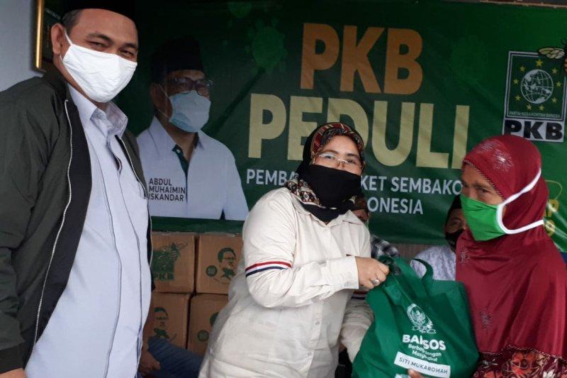 Anggota FPKB DPR RI distribusikan bantuan sembako di Cilacap