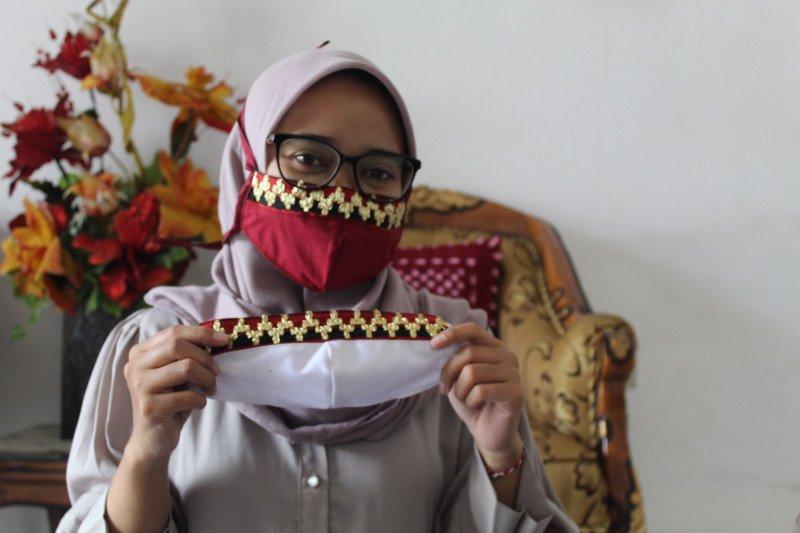Pelaku UMKM berinovasi produksi masker tapis Lampung saat pandemi COVID-19