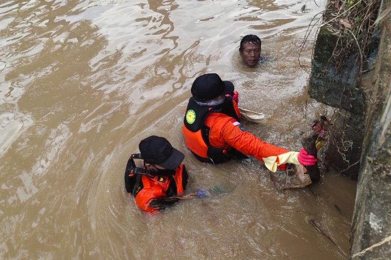 Tim SAR dan warga temukan dua anak hanyut di Irigasi Sumbersari Metro