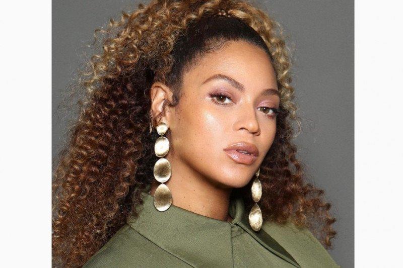 Demi amal artis Beyonce, Jlo sampai Julia Roberts akan lelang gaun mahalnya