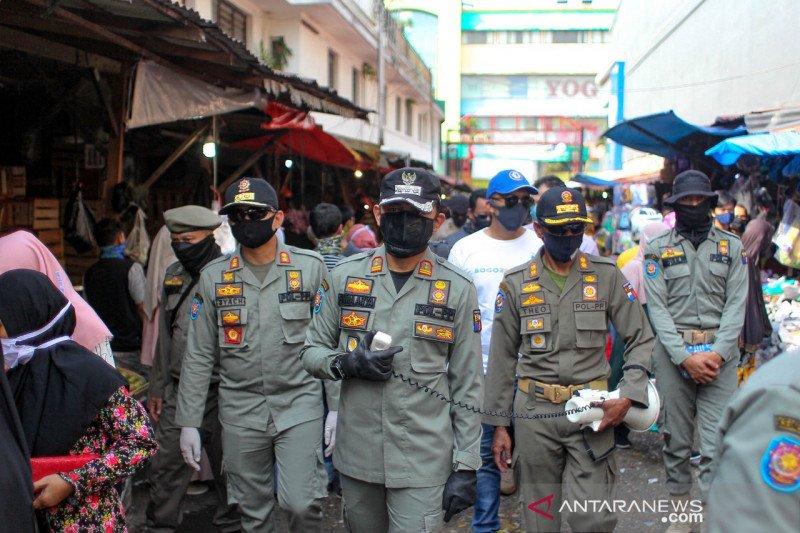 Wali Kota Bogor bubarkan kerumunan pedagang dan masyarakat di Pasar Anyar