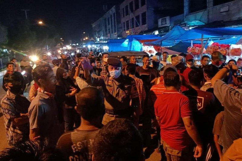 Pedagang pasar di Dumai turun ke jalan tolak pembatasan jam usaha