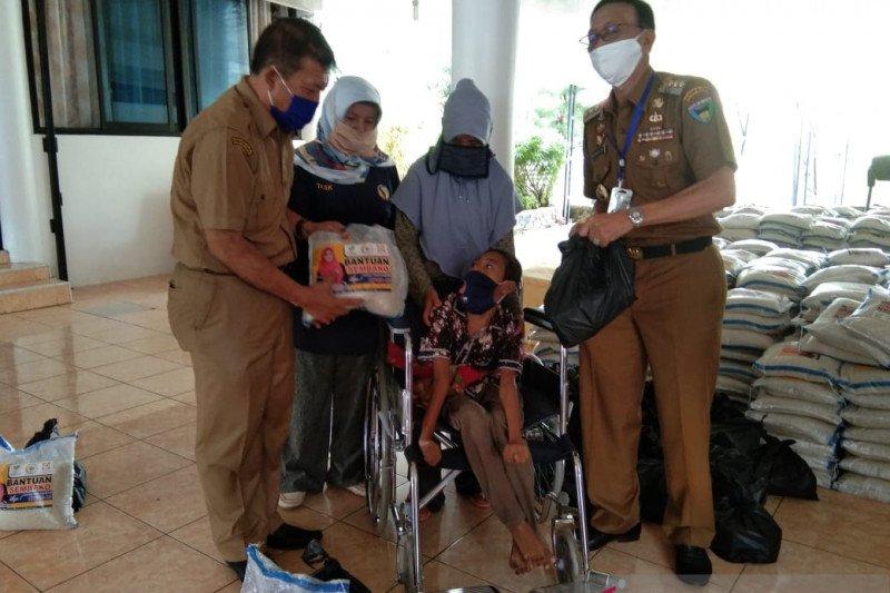 Bupati Hendrajoni bagikan sembako ke disabilitas dan lansia
