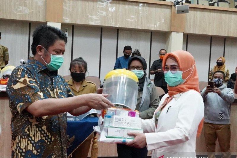 Gubernur Sumsel serahkan logistik penanganan COVID-19 kepada tim medis kabupaten
