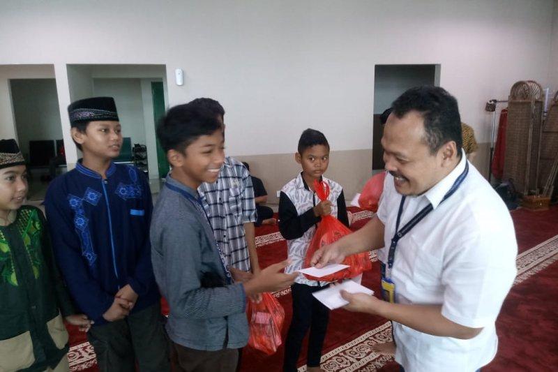 Penerbangan sepi, Bandara Kertajati salurkan bantuan kepada warga sekitar