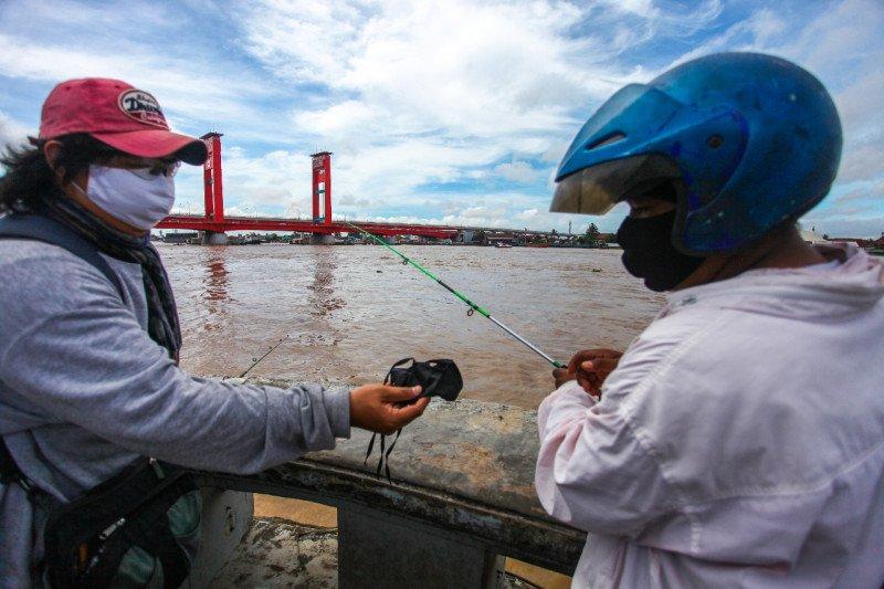 PFI Palembang bagikan ratusan masker kepada warga jelang penerapan PSBB