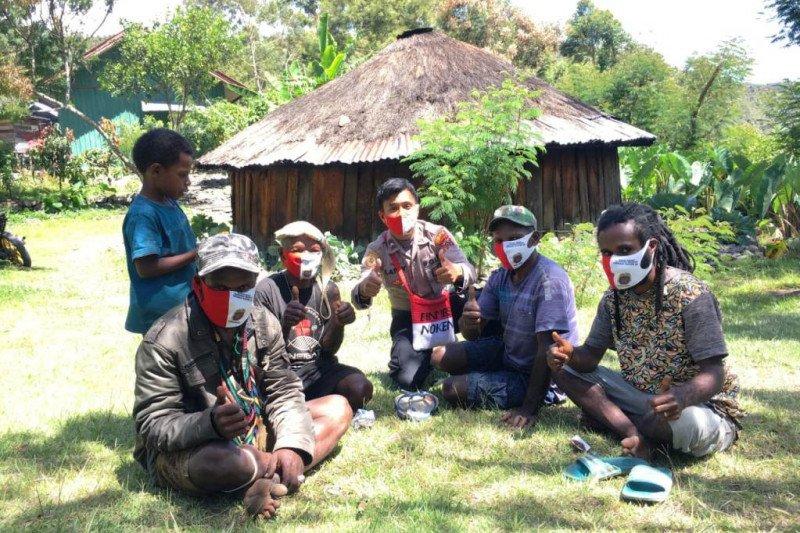 Binmas Noken Polri bagikan ratusan masker cegah Corona di Puncak Jaya