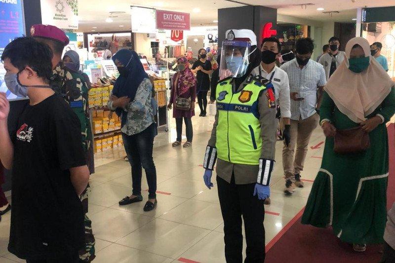 Polwan edukasi pengunjung  di pusat perbelanjaan