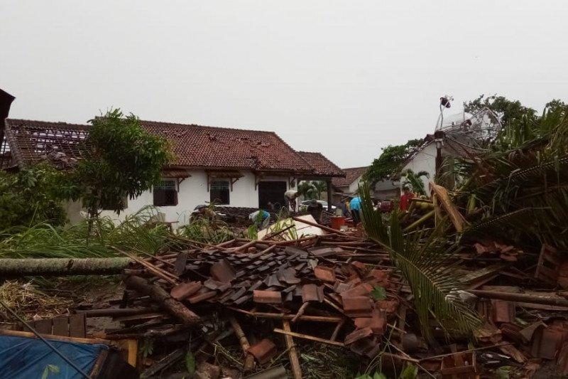 Puting beliung porak-porandakan ratusan rumah di Tulangbawang Lampung, dua orang tewas