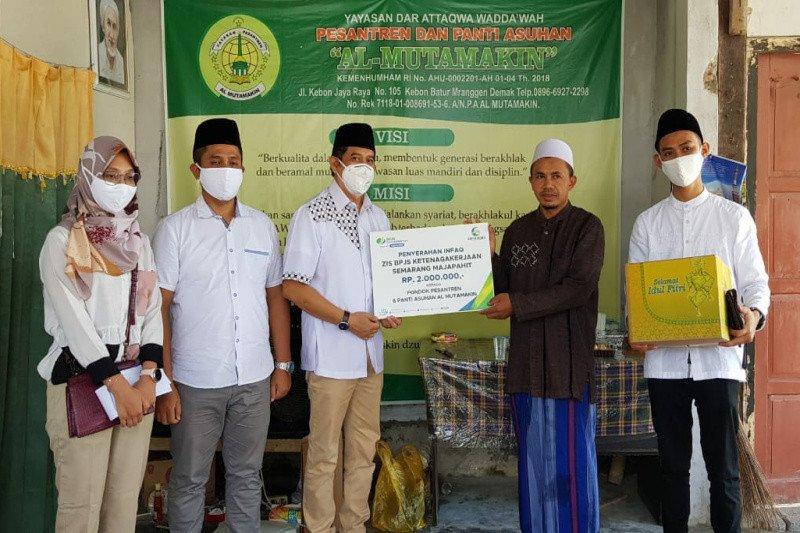 BPJAMSOSTEK Semarang Majapahit serahkan bantuan semen dan infaq
