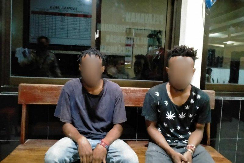 Dua pemuda pembawa ganja ditangkap saat melintas pos polisi Holtekam