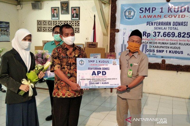 SMPN 1 Kudus serahkan bantuan APD untuk tim medis