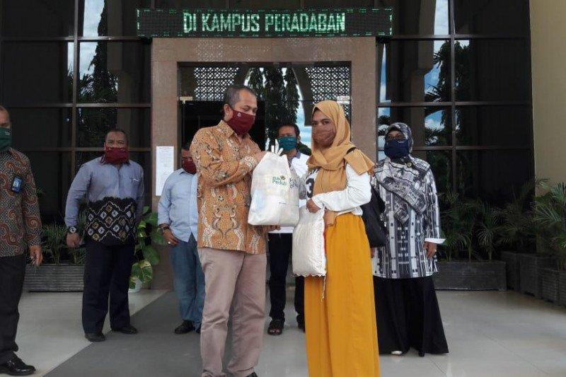 PLN dan UIN Alauddin bagikan bahan pokok kepada mahasiswa perantau