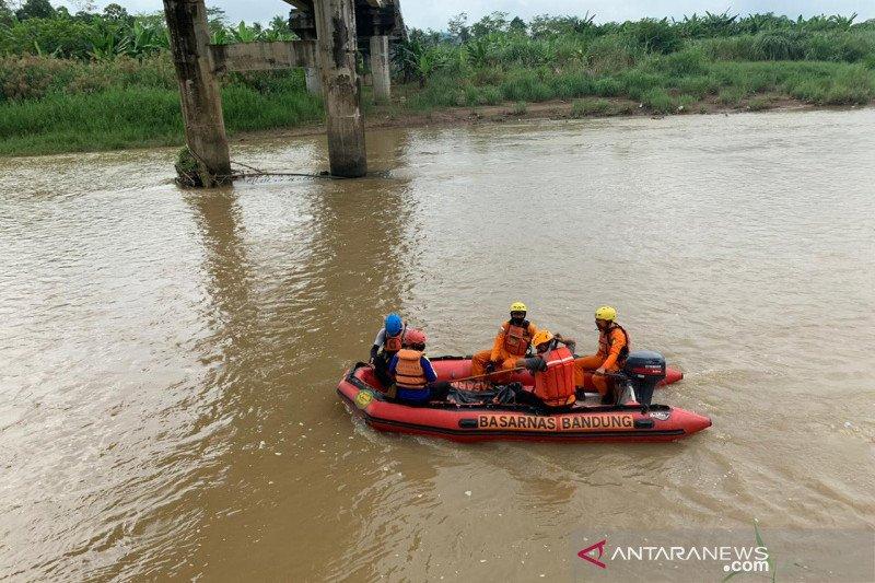 Mayat korban tenggelam di Sungai Cijolang ditemukan tim SAR berada 4 Km dari lokasi kejadian