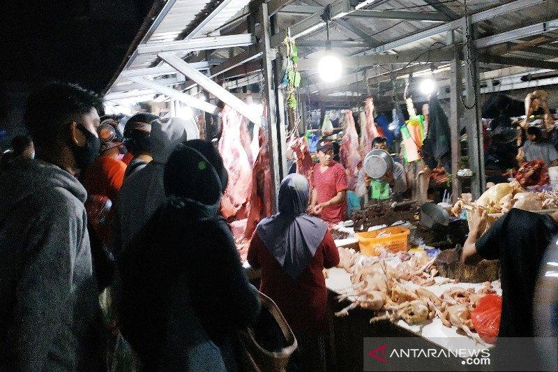 Warga berburu daging dan ayam meski harga tinggi