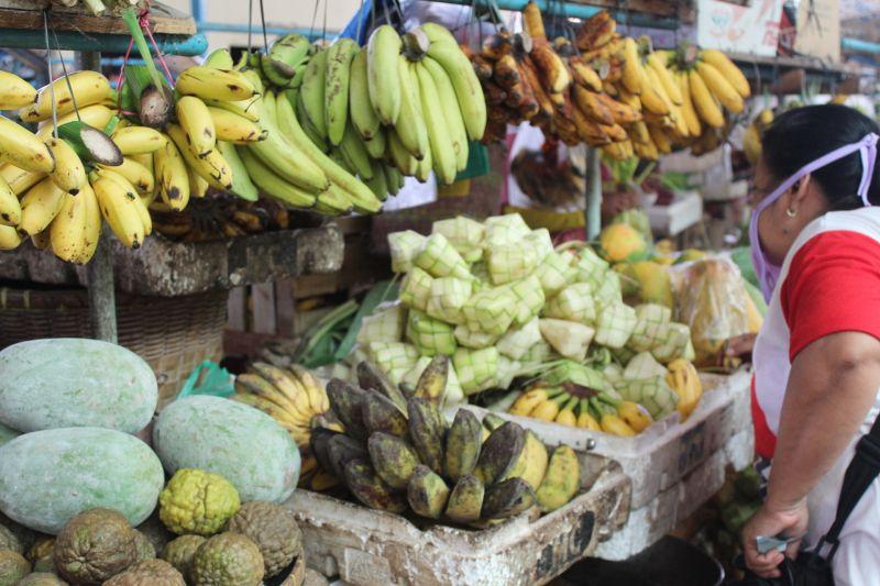 Kegiatan jual beli di pasar tradisional jelang Idul Fitri