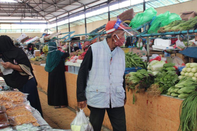 Pembeli dan penjual di pasar tradisional wajib menggunakan masker