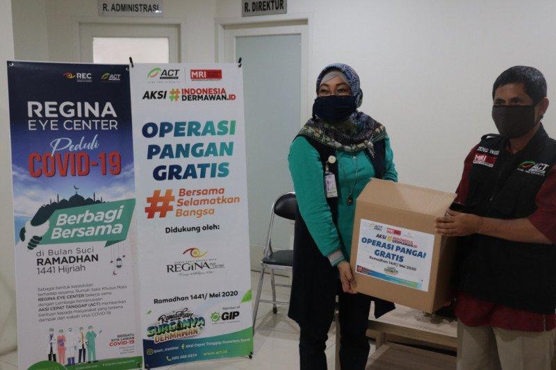 ACT Padang dan Regina Eye Center bagikan paket sembako untuk warga terdampak COVID-19