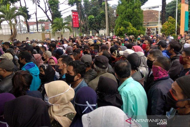 Ratusan warga padati Kantor Pos Bandung saat pembagian bansos