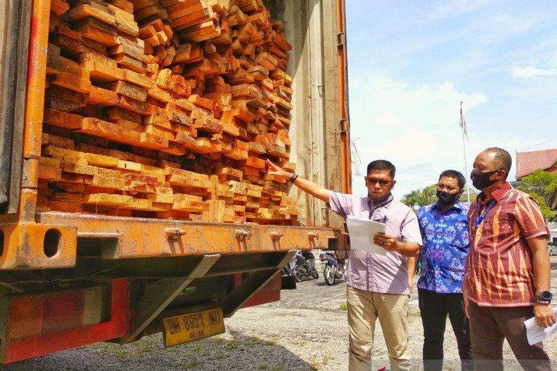 Polda Riau tangkap truk tronton berisi kayu hutan lindung